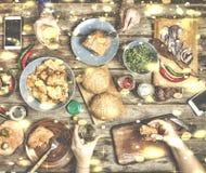 Cena de la Navidad con los amigos Los bocados americanos tradicionales, hamburguesas, pepitas de pollo con la Navidad wine o hici Fotos de archivo