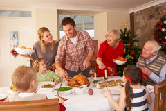 Cena de la Navidad de la porción de la familia Imágenes de archivo libres de regalías