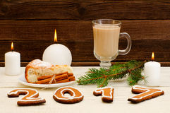 Cena de la Navidad, la figura en 2017 del pan de jengibre, empanada spruce de la rama, de la vela, del capuchino y de manzana Imagenes de archivo