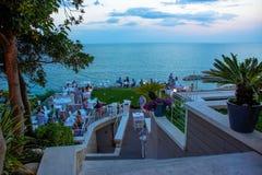Cena de la tarde en un restaurante que pasa por alto el mar Opinión sobre la costa adriática en Numany, Italia Fotografía de archivo libre de regalías