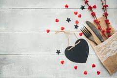 Cena de la tarjeta del día de San Valentín Cuchillo y bifurcación en el primer de la placa valentines imagen de archivo