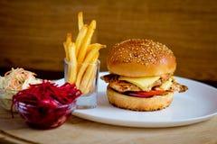 Cena de los alimentos de preparación rápida con la hamburguesa Fotografía de archivo libre de regalías