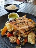 Cena de los SALMONES Y de las verduras con el rjce Fotografía de archivo