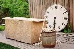 Cena de madeira, pulso de disparo de madeira, tambor e ferramentas no jardim Fotografia de Stock Royalty Free