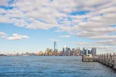 Cena de Manhattan da ilha da estátua da liberdade, New York City Foto de Stock Royalty Free