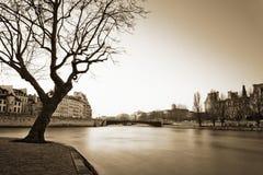 Cena de Seine River - exposição longa do inverno imagens de stock