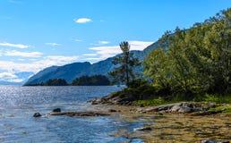 Cena de Serene Scandinavian Fjord Fotos de Stock Royalty Free