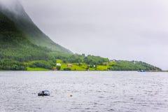 Cena de Serene Scandinavian Fjord Village Fotos de Stock Royalty Free
