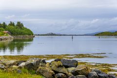 Cena de Serene Scandinavian Fjord Village Foto de Stock Royalty Free