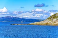 Cena de Serene Scandinavian Fjord Village com barco de navigação Fotos de Stock Royalty Free