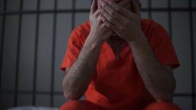 Cena de um interno deprimido na prisão filme