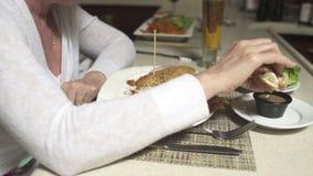 Cena de uma pessoa que come em um restaurante (7 de 7) filme
