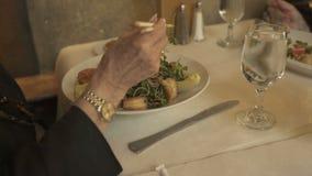 Cena de uma pessoa que come em um restaurante (5 de 7) filme