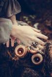 Cena decorada do Dia das Bruxas com velas e mãos da menina Fotos de Stock
