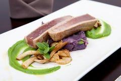 Cena dei frutti di mare con il raccordo del tonno, dei funghi di ostrica e del purè del pisello Fotografia Stock
