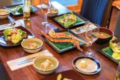 Cena dei frutti di mare con le gambe di granchio reale dell'Alaska Immagine Stock