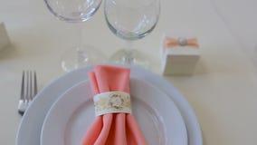 Cena del banquete Tabla elegante de la boda con el vidrio almacen de metraje de vídeo