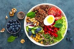 Cena del cuenco de Buda con el huevo hervido, garbanzo, tomate fresco, pimienta dulce, pepino, col de col rizada, cebolla roja, b imagenes de archivo