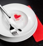 Cena del día de San Valentín con el ajuste de la tabla en ornamentos rojos y elegantes del corazón Fotos de archivo