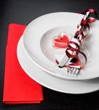 Cena del día de San Valentín con el ajuste de la tabla en ornamentos rojos y elegantes del corazón Imágenes de archivo libres de regalías