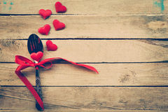 Cena del día de tarjetas del día de San Valentín con el ajuste de la tabla Imagenes de archivo