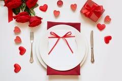 Cena del día del ` s de la tarjeta del día de San Valentín Ajuste romántico de la tabla con las rosas rojas Visión desde arriba foto de archivo