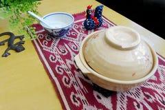 Cena del estilo chino en pote de arcilla Imagen de archivo libre de regalías
