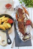 Cena del país - tajadas de ternera asadas con las verduras y las patatas Fotografía de archivo libre de regalías