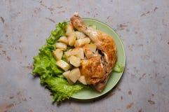 Cena del pollo con las patatas cocidas Fotos de archivo libres de regalías