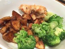 Cena del pollo con le patate al forno e le verdure Immagini Stock