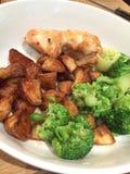 Cena del pollo con le patate al forno e le verdure Fotografie Stock Libere da Diritti