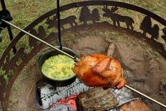 Cena del pollo del fuoco di accampamento Immagine Stock