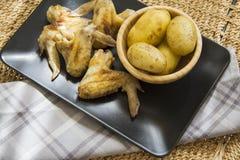 Cena del pollo en la tabla imágenes de archivo libres de regalías