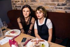Cena del vino al ristorante con le ostriche ed i frutti di mare La gente mangia le ostriche e la cucina gastronomica del risotto  immagini stock libere da diritti