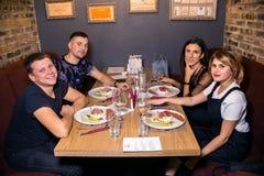 Cena del vino en el restaurante con las ostras y los mariscos La gente come ostras y la cocina gastrónoma del risotto Mejillones  imagen de archivo libre de regalías