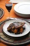 Cena del vino rojo: opinión alta de la comida completa Imagen de archivo libre de regalías