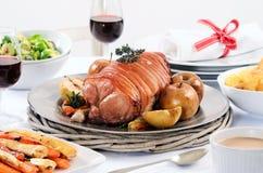 Cena dell'arrosto di carne di maiale con la verdura, lati della patata e vino fotografie stock libere da diritti