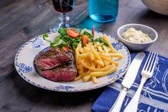 Cena della bistecca con le fritture e la salsa Fotografia Stock