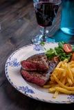 Cena della bistecca con le fritture e la salsa Fotografie Stock