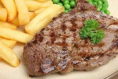 Cena della bistecca di manzo del controfiletto con i chip immagini stock