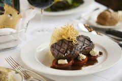Cena della bistecca sul piatto bianco. Fotografie Stock