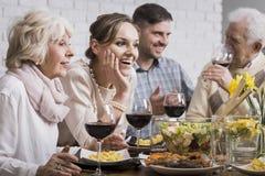 Cena della famiglia con vino Fotografie Stock