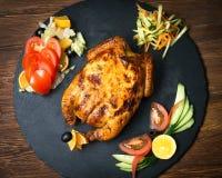 Cena di Natale con il pollo farcito arrostito e gli ingredienti closeup fotografie stock