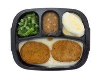 Cena di TV congelata dei tortini del pollo fritto su fondo bianco Immagine Stock