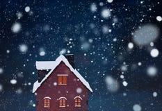 Cena diminuta da vila do Natal com a casa de madeira do brinquedo imagem de stock royalty free