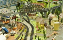 Cena diminuta do modelo pequeno da cidade no estação de caminhos-de-ferro de Francoforte em um vidro de janela Fotografia de Stock