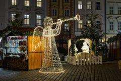 Cena do anjo com o chifre feito das festões das luzes, e da natividade em Praga, República Checa Fotografia de Stock