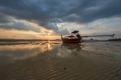 Cena do barco do longtail na praia e na textura da areia imagem de stock royalty free