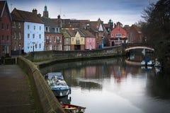 Cena do beira-rio de Norwich ao longo dos bancos do rio Wensum Imagens de Stock