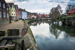 Cena do beira-rio de Norwich ao longo dos bancos do rio Wensum fotos de stock royalty free